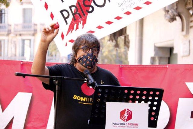 L'activista Jordi Pesarrodona ensenya un nas de pallasso en l'acte de la plataforma 3 d'Octubre per recordar els fets del 20-S, el 20 de setembre del 2020 (Horitzontal).