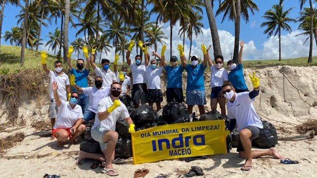 Voluntarios de Indra en el día mundial de la limpieza