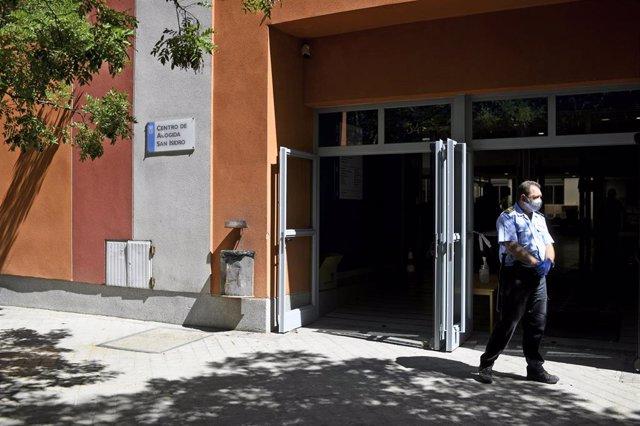 Un guarda de Seguridad en la puerta del Centro de acogida de San Isidro