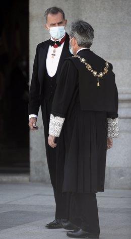 El presidente del Tribunal Supremo y del Consejo General del Poder Judicial (CGPJ), Carlos Lesmes (d), y el Rey Felipe VI, llegan al Palacio de Justicia, en Madrid (España), a 7 de septiembre de 2020. El Rey preside el acto de apertura del año judicial 20