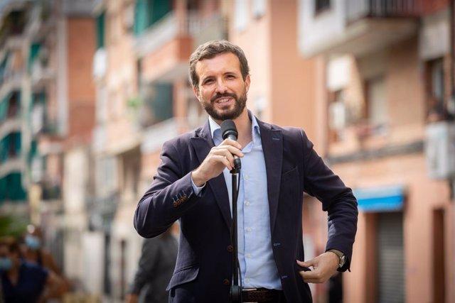 El presidente del Partido Popular, Pablo Casado, ofrece declaraciones a los medios de comunicación tras su visita a un bloque de pisos afectado por okupaciones ilegales, en la  Plaza Antonio Machado, Badalona, Barcelona, Catalunya (España), a 17 de septie