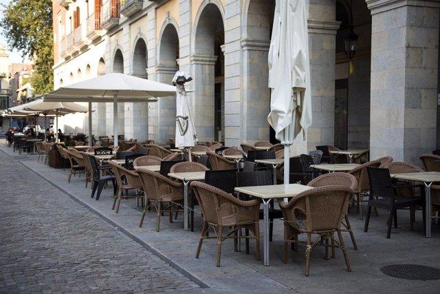 Ambiente vacío en una terraza ubicada en Girona, Catalunya, (España), a 16 de septiembre de 2020