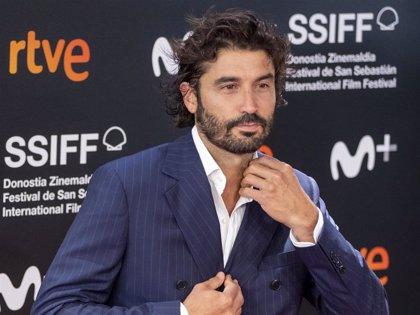 Los espectaculares looks masculinos de los actores de 'Antidisturbios' en el Festival de San Sebastián