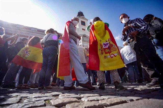 Convocadas por el sindicato de Vox, 'Solidaridad', varias personas se manifiestan en la Puerta del Sol para pedir la dimisión del Gobierno de Pedro Sánchez por su gestión de la pandemia del coronavirus, en Madrid (España), a 21 de septiembre de 2020.