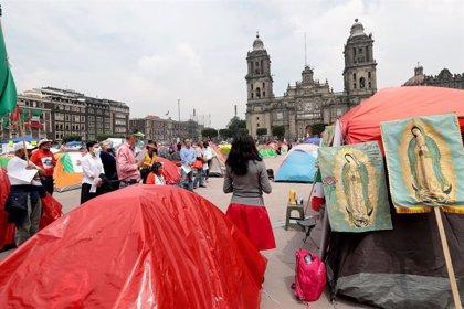 La acampada Anti AMLO levanta su propia capilla, biblioteca y baños en el centro de Ciudad de México