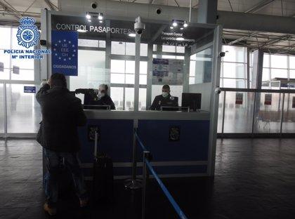 Tres detenidos en Melilla por querer viajar con papeles falsos a Málaga y expulsados 14 polizones tras entrar en barco