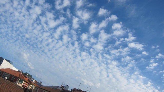 Cielos despejados con algunas nubes en Bizkaia