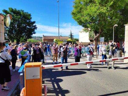 Un centenar de personas exigen en Toledo al Gobierno CLM más fondos para la Atención Pública, convocados por IU y el PCE