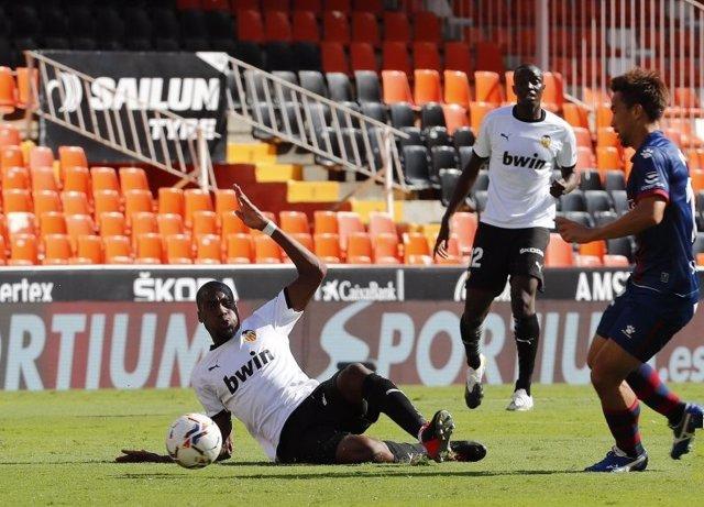 Fútbol/Primera.- (Crónica) El Valencia no despega y la Real se estrena a lo gran