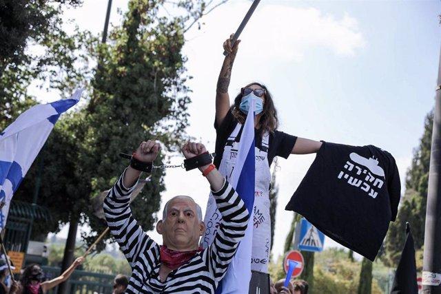 Dos personas en una protesta contra el primer ministro de Israel, Benjamin Netanyahu, en Jerusalén.