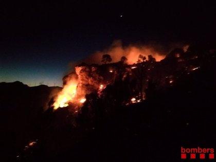 """Los Bombers trabajan en un incendio forestal """"con mucho potencial"""" en Vinebre (Tarragona)"""