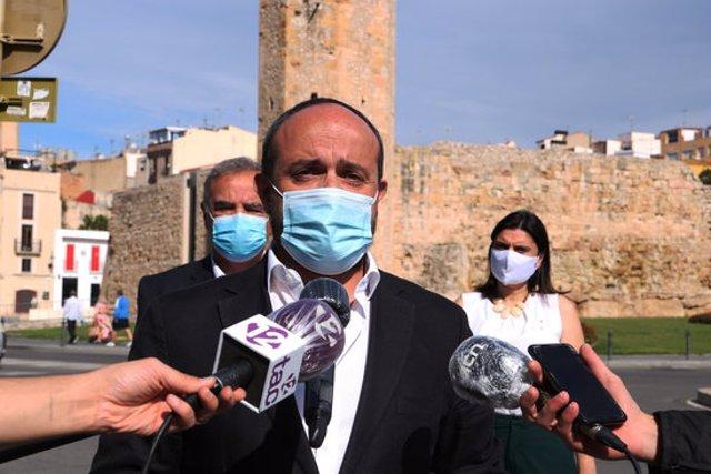 Pla mitjà del president de PP, Alejandro Fernández, en l'atenció als mitjans a Tarragona prèvia a una reunió del partit. Imatge del 27 de setembre del 2020 (Horitzontal).