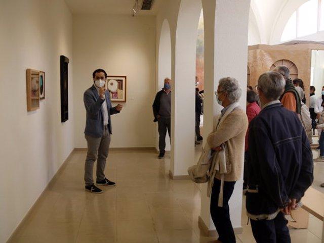 Pla general del comissari de l'exposició 'llindars', Bernat Puigdollers, i els visitants a la mostra de l'Espai Guinovart, el 27 de setembre de 2020. (Horitzontal)