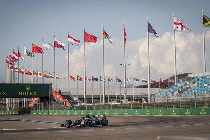 Bottas aprovecha la sanción de Hamilton en Sochi y Sainz abandona