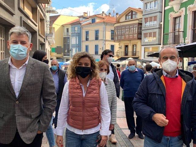 La diputada de Ciudadanos, Susana Fernández, durante su visita al mercado dominical en Grao.