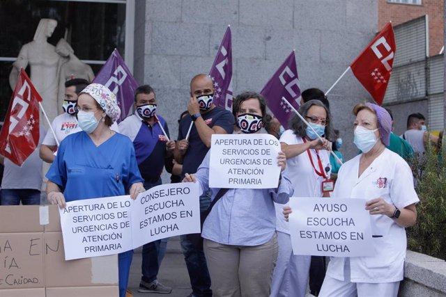 Varios sanitarios se concentran con pancartas como signo de protesta frente al Hospital Clínico San Carlos, en Madrid (España), a 15 de septiembre de 2020.