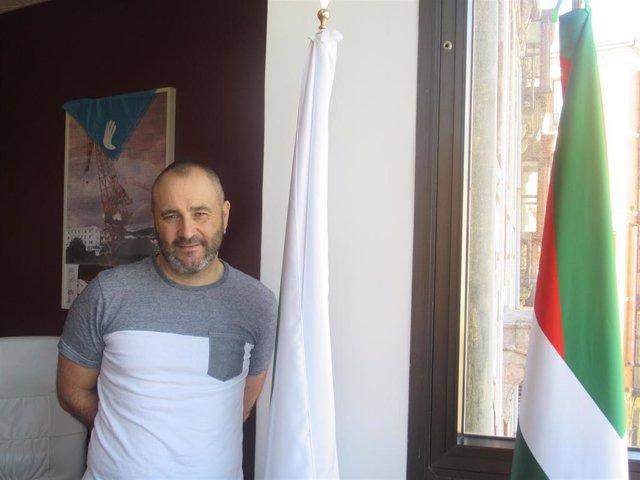 El portavoz nacional de EA, Iker Ruiz de Egino, en la sede de su partido en Bilbao