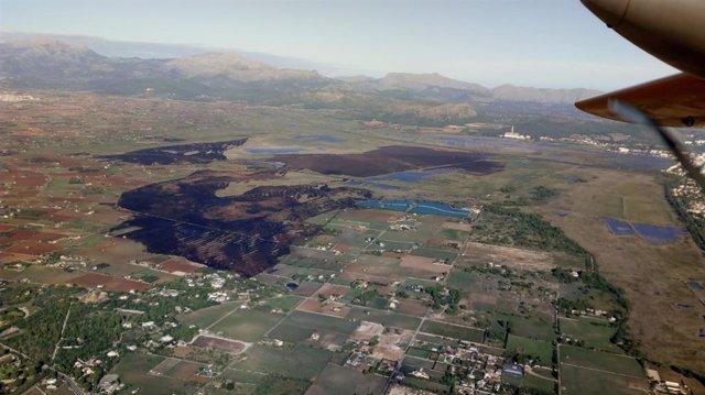 Imagen aérea del incendio de s'Albufera en Alcúdia.