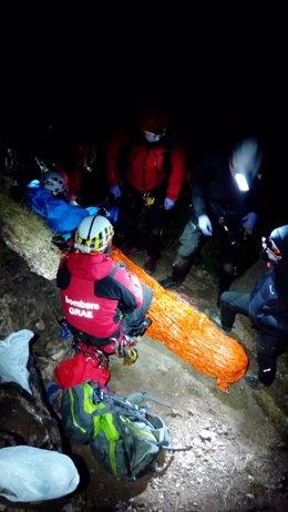 Els equips d'emergències amb l'escalador ferit al congost de Collegats, el 26 de setembre del 2020 (Vertical).