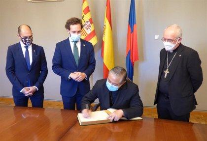 El nuncio del papa en España firma en el Libro de Oro del Ayuntamiento de Monzón