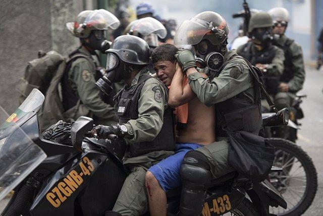Imagen de archivo de la Policía de Venezuela llevándose a un detenido
