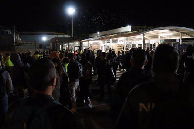 Pla obert dels treballadors de Nissan esperant per entrar a la fàbrica mentre la plantilla d'Acciona es concentra a les portes, el 28 de setembre del 2020  (Horitzontal)