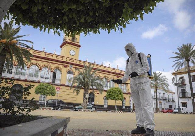 Personal del Ayuntamiento desinfecta una plaza durante el período de confinamiento en el estado de alarma por coronavirus, covid-19. En Arahal
