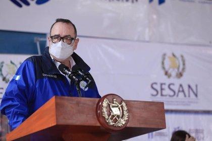 """Giammattei, """"estable"""" tras el contagio, prorroga las restricciones en Guatemala"""