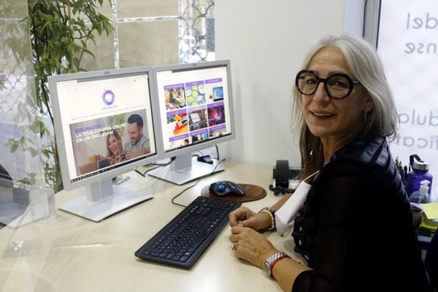 La presidenta de l'AGE, Maria Rosa Agustí, amb la pàgina web de Gironazon oberta a l'ordinador. Imatge publicada el 28 de setembre del 2020 (Horitzontal)