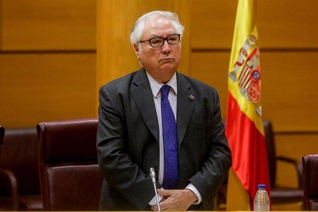 El ministro de Universidades, Manuel Castells, guarda un minuto de silencio antes de comparecer en el Senado en comisión de su departamento, en Madrid (España), a 22 de junio de 2020.