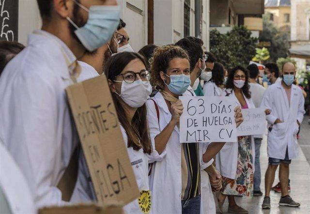 Trabajadores del Hospital de Torrevieja (Alicante) y Médicos Internos Residentes (MIR) protestan en las inmediaciones de Les Corts Valencianes, donde arranca el debate de política general, en Valencia, Comunidad Valenciana (España) a 21 de septiembre