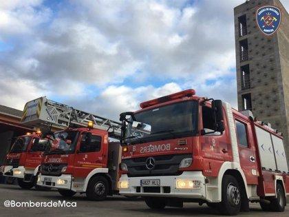 Los Bomberos de Mallorca sofocan un incendio en un hangar de autobuses en Andratx