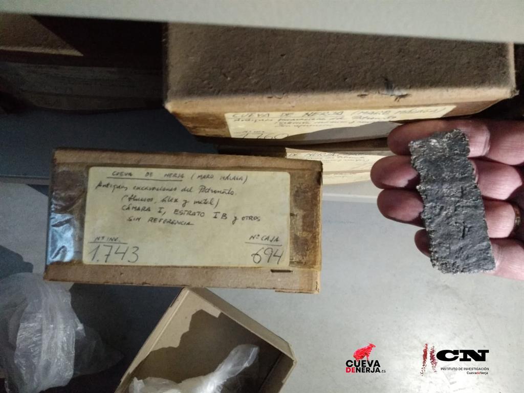 Estudian un amuleto de plomo hallado en la Cueva de Nerja (Málaga) que extiende en el tiempo el uso de la cavidad 3