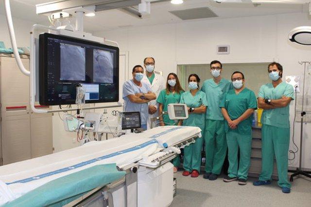 Imatge de l'equip del Servei de Cardiologia de l'Hosputal Arnau de Vilanova de Lleida, a la nova sala d'hemodinàmica del centre, el 28 de setembre del 2020. (Horitzontal)