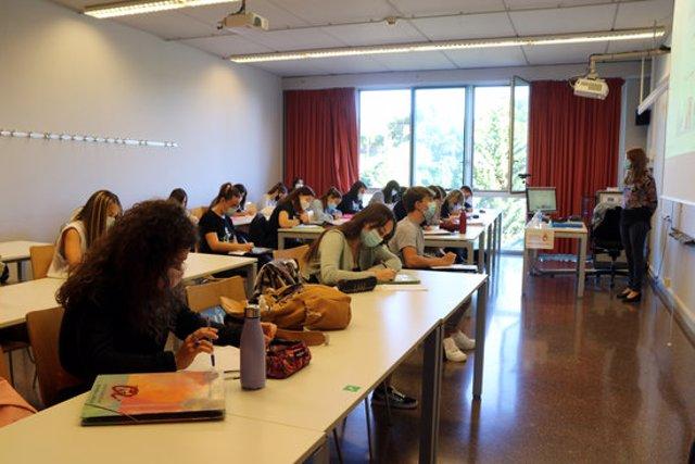 Pla obert d'alumnes fent classe amb mascareta en una aula del Campus Catalunya de la URV en el primer dia del curs 2020-2021. Imatge del 28 de setembre del 2020. (Horitzontal)