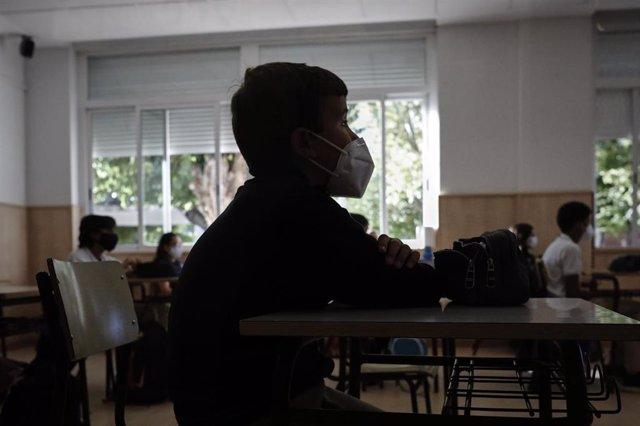 Un niño con mascarilla en un aula del Colegio Privado Alameda de Osuna en el primer día del curso escolar 2020-2021, en Madrid (España) a 7 de septiembre de 2020. Los colegios públicos comenzarán mañana, 8 de septiembre, las clases de forma escalonada, qu