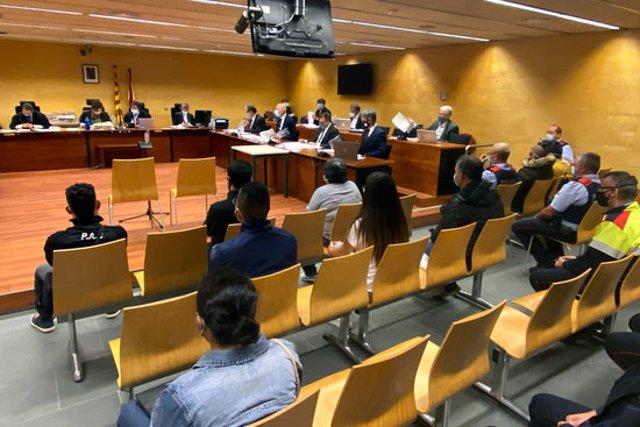 D'esquenes, els vuit acusats jutjats per la seva suposada relació amb una onada de robatoris al Gironès i a la Selva. Foto del primer dia de judici, el 18 de setembre del 2020 (horitzontal)