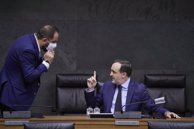 El Parlamento de Navarra apoya la figura del Rey pero rechaza hacer exigencias a
