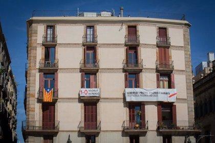 Colocan pancartas junto a la Generalitat contra la inhabilitación de Torra