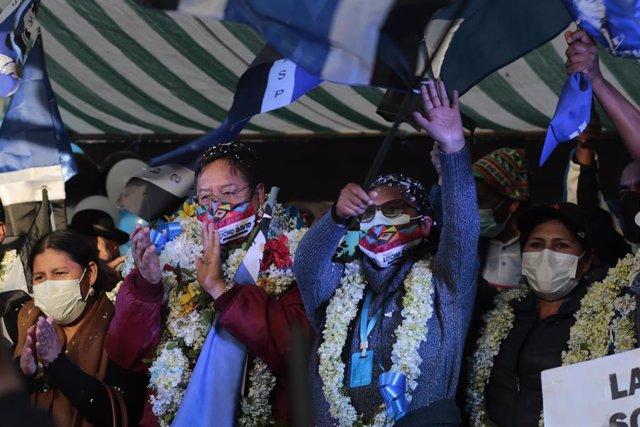 El expresidente y candidato a la Presidencia de Bolivia pr el MAS, Luis Arce, a la izquierda, durante un acto de campaña.