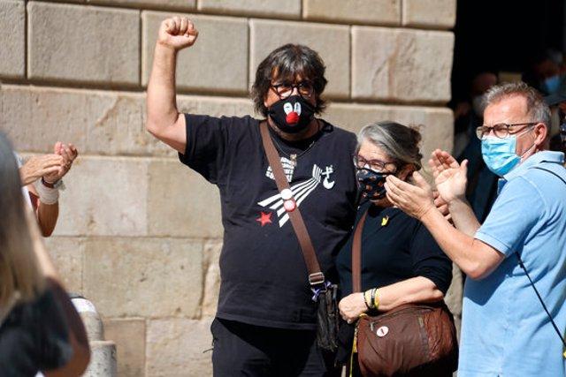 Jordi Pesarrodona alçant el puny a plaça Sant Jaume, a Barcelona, el 28/09/2020 (horitzontal)