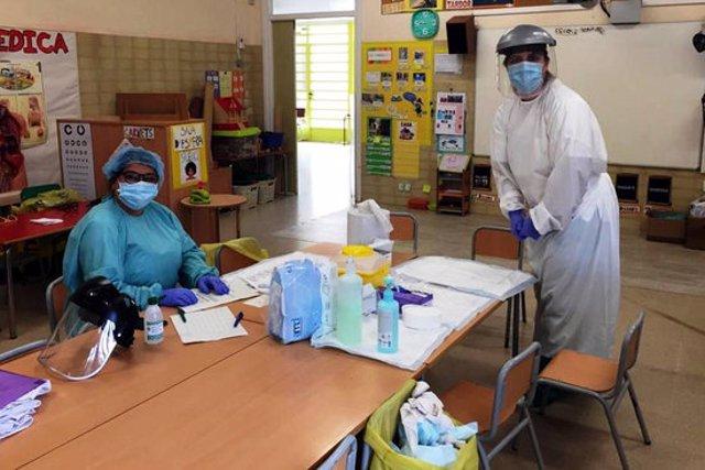 Dues de les professionals que van participar a l'estudi, les infermeres pediàtriques Carme Ferrera i Dolors Lara, recollint mostres. Imatge cedida el 28 de setembre del 2020 (Horitzontal)