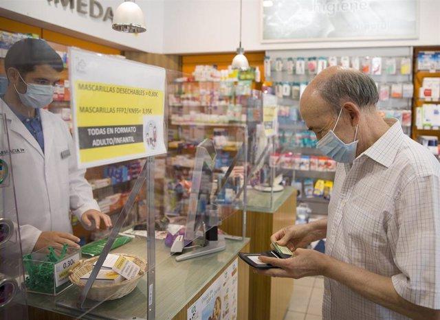Un hombre con la mascarilla gratuita que el Gobierno andaluz ha repartido a través de las farmacias, a los ciudadanos mayores de 80 años. En Sevilla, (Andalucía, España), a 22 de julio de 2020.