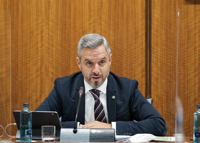 El consejero de Hacienda, Juan Bravo, este lunes durante su comparecencia en la Comisión de Asuntos Europeos del Parlamento de Andalucía.