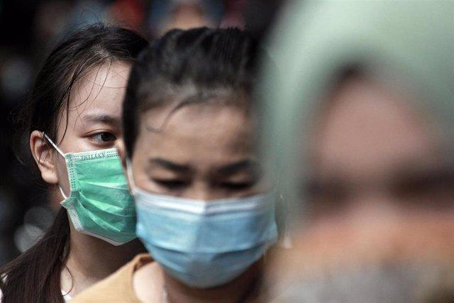 Mujeres con mascarilla en Indonesia