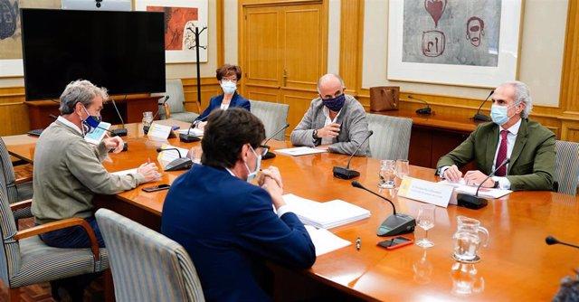 El ministro de Sanidad, Salvador Illa, y el consejero de Sanidad de la Comunidad de Madrid, Enrique Ruiz Escudero, con sus equipos.