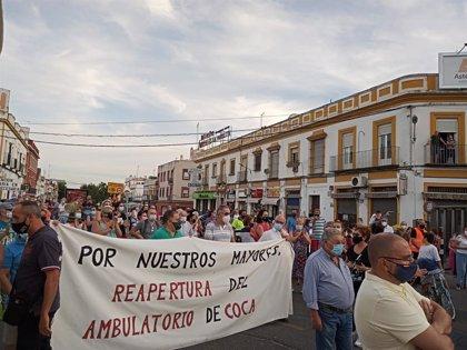 """Manifestación en Camas (Sevilla) con lemas por la reapertura de los ambulatorios y el aviso de que """"salud no responde"""""""