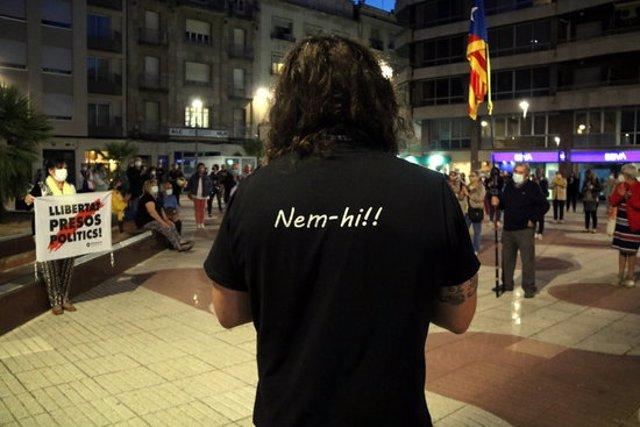 Primer pla del lema de la samarreta d'Ernest Redó, portaveu de l'ANC, mentre llegia el manifest de l'Assemblea contra la inhabilitació de Torra a la concentració de la plaça Alfons XXII de Tortosa. Imatge del 28 de setembre del 2020 (horitzontal)