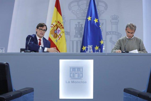 El ministro de Sanidad, Salvador Illa (d), y el director del Centro de Coordinación de Alertas y Emergencias Sanitarias -CCAES- Fernando Simón, comparecen en rueda de prensa telemática en Moncloa, en Madrid (España), a 28 de septiembre de 2020.