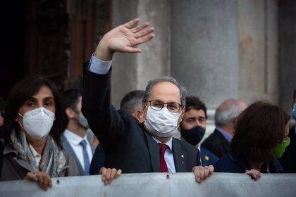 Torra se despide de la Generalitat desplegando la pancarta que provocó su inhabilitación